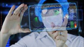 Doktor mit futuristischer hud Schirmtablette Erdkarte und -radar Die Zukunft Stockfotos
