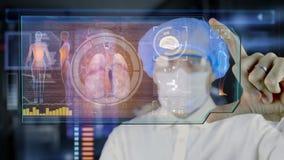 Doktor mit futuristischer hud Schirmtablette Lungen, Bronchien Medizinisches Konzept der Zukunft