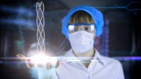 Doktor mit futuristischer Tablette an Hand DNA Medizinisches Konzept der Zukunft Stockbild