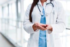 Doktor mit gekreuzten leeren Palmen Lizenzfreies Stockfoto