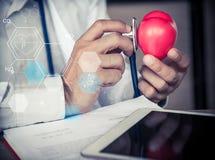 Doktor mit Herz-Krankheits-Kontrolleur stockfotos