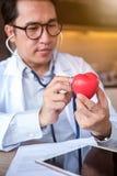 Doktor mit Herz-Krankheits-Kontrolleur stockbilder