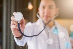 Doktor mit Herz-Krankheits-Kontrolleur lizenzfreies stockbild