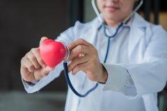 Doktor mit Herz-Krankheits-Kontrolleur lizenzfreie stockfotografie