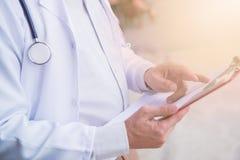 Doktor mit Herz-Krankheits-Kontrolleur stockbild