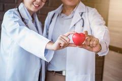 Doktor mit Herz-Krankheits-Kontrolleur lizenzfreie stockfotos