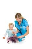 Doktor mit Kleinkindkind stockfoto