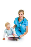 Doktor mit Kleinkindkind lizenzfreies stockbild