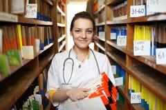 Doktor mit Krankenblättern lizenzfreies stockbild