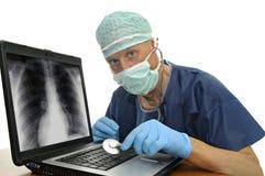 Doktor mit lapop lizenzfreie stockfotografie