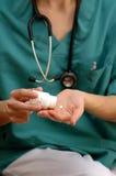 Doktor mit Medizin Stockfotografie