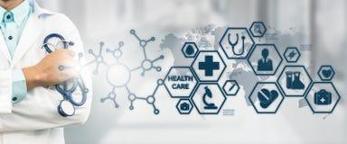 Doktor mit medizinischer Gesundheitswesen-Ikonen-Schnittstelle lizenzfreie stockfotos