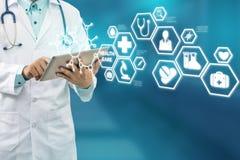 Doktor mit medizinischer Gesundheitswesen-Ikonen-Schnittstelle lizenzfreies stockfoto