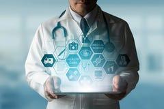 Doktor mit medizinischer Gesundheitswesen-Ikonen-Schnittstelle lizenzfreies stockbild