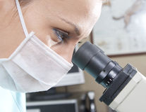 Doktor mit Mikroskop Stockfoto