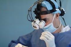 Doktor mit Mikroskop Stockfotos