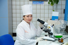 Doktor mit Mikroskop im Labor Stockfotos