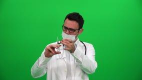 Doktor mit Nadel stock video footage