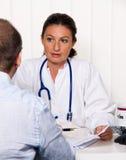 Doktor mit Patienten Stockbilder