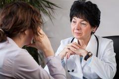 Doktor mit Patienten lizenzfreie stockbilder
