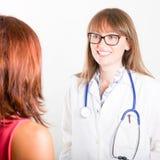 Doktor mit Patienten Stockbild