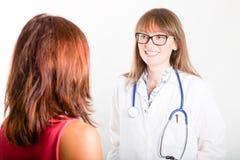 Doktor mit Patienten Stockfotos
