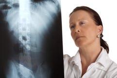 Doktor mit Röntgenstrahl stockfotos