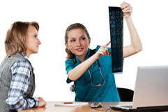 Doktor mit Röntgenstrahl Lizenzfreie Stockbilder