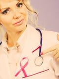 Doktor mit rosa Krebsband Stockfoto