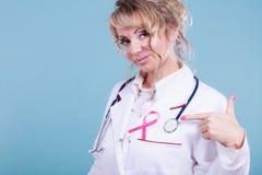 Doktor mit rosa Krebsband Stockbilder