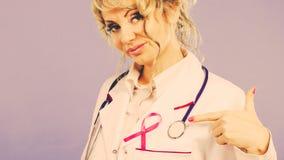Doktor mit rosa Krebsband Stockbild