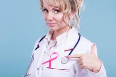 Doktor mit rosa Krebsband Lizenzfreie Stockfotografie