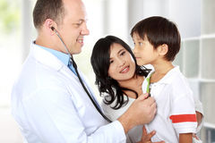 Doktor mit seinem Patienten Lizenzfreie Stockfotos