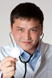Doktor mit Stethoskop stockfoto