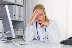 Doktor mit Stethoskop Lizenzfreies Stockfoto