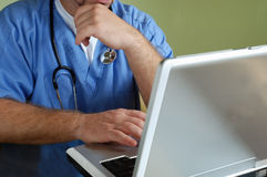 Doktor mit Stethoskop Stockfotografie