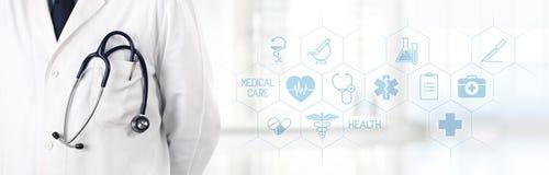 Doktor mit Stethoskop in der Tasche und medizinischen Symbolikonen in t Stockfotografie