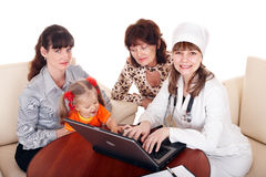 Doktor mit Stethoskop und Familie. Stockfoto