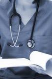 Doktor mit Stethoskop und Krankenblatt Lizenzfreie Stockfotos