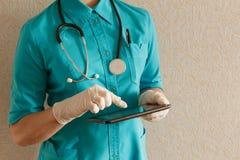 Doktor mit Tablette Lizenzfreie Stockbilder