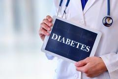 Doktor mit Tablette mit Diabetesmitteilung Stockbild