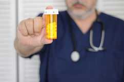 Doktor mit Tablettenfläschchen stockfoto