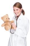 Doktor mit Teddybären Stockfotografie