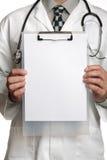 Doktor mit unbelegtem Zeichen auf Klemmbrett Stockbilder