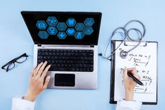 Doktor mit Verordnung und medizinischer Ikone Stockfotografie