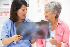 Doktor mit weiblichem Patienten Lizenzfreies Stockbild