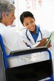 Doktor mit weiblichem Patienten stockfoto