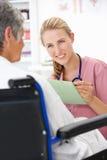 Doktor mit weiblichem Patienten lizenzfreie stockbilder