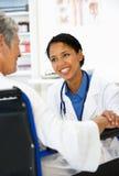 Doktor mit weiblichem Patienten Lizenzfreie Stockfotos