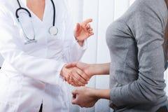 Doktor mit weiblichem Patienten lizenzfreie stockfotografie